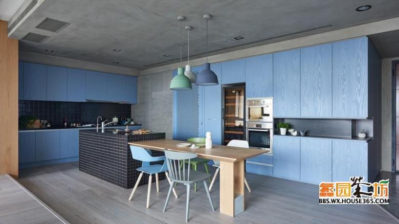 褐色的马赛克瓷砖用在了局部墙壁与清洗台上,清水混凝土涂料将吊顶整个覆盖,给人感觉带来丝丝凉意。蓝色的